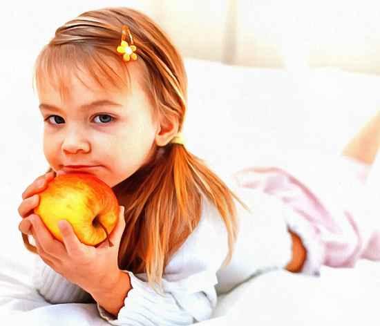 Питание ребенка. Яблоко.